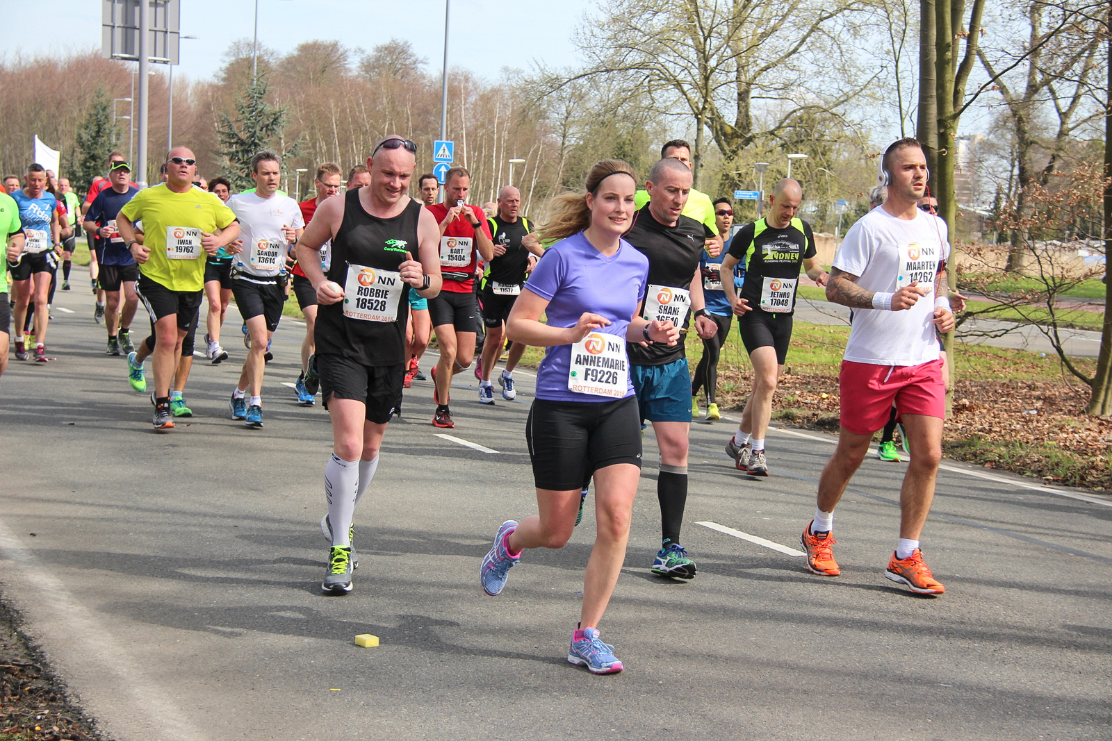 Large_group_runners_in_a_park_marathon_Rotterdam_2015